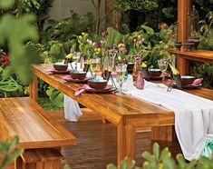 Em vez de arranjos, foram distribuídos vasinhos delicados na mesa montada no jardim. Boa pedida para o almoço de Natal ao ar livre