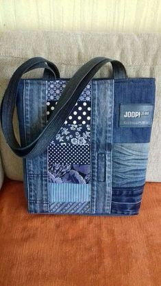 Hottest Snap Shots # Suggestions I enjoy Jeans ! And even more I want to sew my own Jeans. Next Jeans Sew Along I am planning to di Sacs Tote Bags, Denim Tote Bags, Denim Purse, Diy Bags Jeans, Diy Jeans, Patchwork Bags, Quilted Bag, Patchwork Quilting, Denim Patchwork