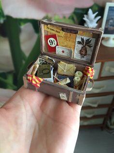Deco Harry Potter, Harry Potter Dolls, Miniature Crafts, Miniature Dolls, Miniature Tutorials, Miniatures Harry Potter, Harry Potter Bricolage, Diy Doll Miniatures, Anniversaire Harry Potter