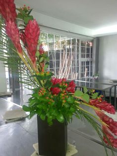 Diseño floral Curva de Hugart, hawaiana y hipericum.