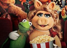 Caco E Miss Piggy, Kermit And Miss Piggy, Monster Prom, Disney Pictures, Puppets, Singing, Childhood, Teddy Bear, Play