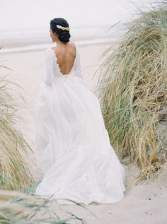 Are you all caught up with the weddings we've shared so far this week? If not, be sure to scroll through the 100LC homepage. Clearly, we're all about seeing a most classic wedding theme, pastels, used in creative new ways. Especially for fall! And it doesn't get any dreamier than all that wrapped up into a seaside elopement like these images Huong Nguyen-Takeba captured at Tyler Rye's workshop along the Oregon coast.he Oregon Coast Bohemian Wedding Inspiration, Elopement Inspiration, Wedding Colors, Wedding Styles, Tropical Wedding Dresses, Cool Wedding Cakes, Party Wedding, Wedding Ideas, Wedding Abroad