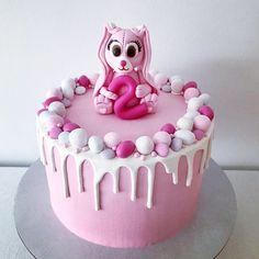 Pupukakku 2-vuotiaan tyttösen synttäreille. Suklaapohja, täytteenä mansikka- ja suklaamousset. #birthdaycake #bunnycake #bunny #sugarpaste #dripcake #chocolatecake #chocolate #whitechocolatedrip #whitechocolate #candycake #strawberrycake #buttercream #glutenfree #pupukakku #pupu #synttärikakku #suklaakakku #mansikkakakku #sokerimassa #valumakakku #valkosuklaa #suklaavaluma #karkkikakku #kreemikakku #voikreemi #gluteeniton #tilauskakku #tilauskakut #espoo Desserts, Food, Tailgate Desserts, Deserts, Essen, Postres, Meals, Dessert, Yemek