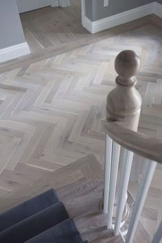 Wood Flooring A parquet floor laid by Verhaag Parkett reflects the perfection of the home. Hall Flooring, Kitchen Flooring, Kitchen Wood, Plank Flooring, Flooring Ideas, Planchers En Chevrons, Herringbone Wood Floor, Wood Effect Floor Tiles, Herringbone Pattern