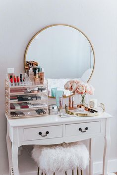 20 Best Makeup Vanities & Cases for Stylish Bedroom - 20 Best Makeup Vanities & Cases for Stylish Bedroom Imágenes efectivas que le proporcionamos sobre - Deco Studio, Cute Room Decor, Aesthetic Room Decor, Stylish Bedroom, Feminine Bedroom, New Room, Home Decor Accessories, Gold Accessories, Bedroom Decor