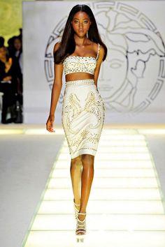 Versace apuesta por los tops cortos con falda lápiz para las noches más glamurosas. #Versace #outfit #fiesta #noche #tachuelas #doradas #top #corto #falda