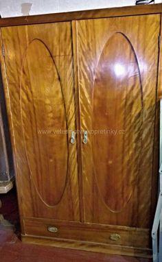 Masivní šatní skříň s oválnou výplní, ve velmi zachovalém stavu.