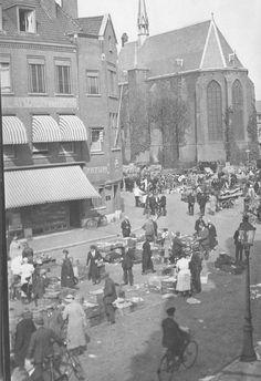 Tijdens een marktdag op het Mariënburg;op de achtergrond de Mariënburgkapel;links een gedeelte van het bankgebouw van de Nederlanden van 1845 1930