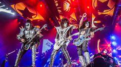 """Kiss-Die Make-Up-Rocker Kiss kommen für fünf Konzerte nach Deutschland und Österreich. Kiss haben Details zu ihren Arena-Tour durch Europa bekannt gegeben: So wollen die Ikonen des Glam-Rock für ihre Tour """"KISSWORLD 2017"""" im Mai nach Europa zurückkehren, darunter gibt es fünf Auftritte in Deutschland und Österreich. Die kompletten Tour-Daten sehen so aus:"""