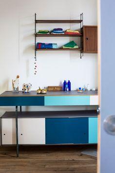 Dans la chambre d'enfant, meuble conçu à partir d'un buffet recyclé Piece A Vivre, Mid Century Design, Architecture, Entryway, Shelves, Colours, Buffet, Kitchen, Inspiration
