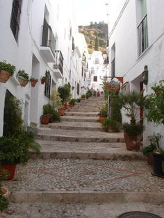 "Costa del Sol, the third purpose of the contest ""ColonHelp send you on vacation!"" Unique region in Europe, Andalusia Moorish past still bears traces of its wild and attractive scenery and idyllic villages, as Frigiliana, ""white village"". Details on http://concurs.colonhelp.ro/  Costa del Sol, cea de-a treia destinatie a concursului ""ColonHelp te trimite in vacanta!"" Andaluzia poarta inca urmele trecutului maur si atrage prin localitatile idilice, asa cum este Frigiliana, ""satul alb""."