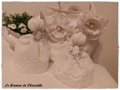 Broches fleurs tissu et dentelle ancienne, pompons de porte en broderie Anglaise ancienne, au grenier de Christelle