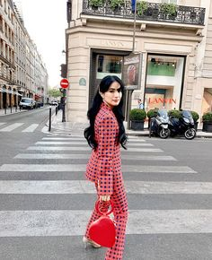 5 Celebrity Outfits that Prove You Need a Printed Blazer - Star Style PH Fall Fashion Outfits, Star Fashion, Girl Fashion, Red Outfits, Kaia Gerber, Heart Evangelista Style, India Fashion, Korea Fashion, Celebrity Outfits