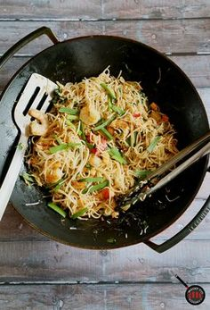 Singaporean stir-fried rice noodles. My go-to weeknight recipes. So easy and you have a meal in no time #meesiam