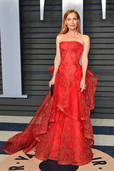 Leslie Mann attends the 2018 Vanity Fair Oscar Party hosted by Radhika Jones at Wallis Annenberg Center for the Performing Arts on March 2018 in Beverly Hills, California. Celebrity Gowns, Celebrity Red Carpet, Celebrity Style, Leslie Mann, Rashida Jones, Roger Vivier, Naomi Campbell, Casual Fashion Trends, Classic Fashion