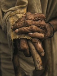 Old but alive! Hand Photography, Portrait Photography, Beautiful Hands, Beautiful Images, Old Faces, Hold My Hand, People Of The World, Belle Photo, Art Pictures