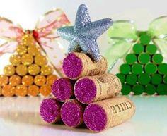 Saiu vídeo novo no meu canal hoje com essas belezinhas super fáceis de fazer! Mini árvores de Natal feitas com rolhas de cortiça💜uns amores! O link pra você clicar e assistir tá aqui no meu perfil. Vem!!!🎥  #youtube #youtuber #canalsimplichique #video #diy #diydecor #reciclagem #reaproveitamento #rolhas #vinho #wine #amodecor #amodecorar #decor #decoracao #decoraçãoétododia #minhacasapop #decoracaonatalina #decoracaodenatal #arvoredenatal