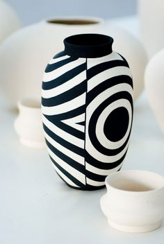 Pottery Painting Designs, Pottery Designs, Bottle Art, Bottle Crafts, Ceramic Painting, Ceramic Art, Ceramic Pottery, Pottery Art, Clay Vase