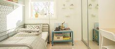 SAGA Exclusive White Oak på golvet och Smartpanel Skugga Äggvit på väggen Bench, Villa, Storage, Furniture, Design, Home Decor, Purse Storage, Store, Interior Design