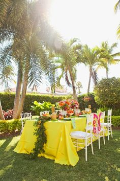 Is there anything more amazing than a bold & bright wedding reception surrounded by palm trees?!