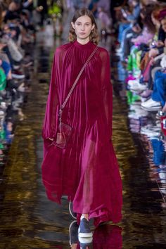 The complete Stella McCartney Fall 2018 Ready-to-Wear fashion show now on Vogue Runway. Fashion Week Paris, Fashion 2018, Women's Fashion, Vegan Fashion, Ethical Fashion, Formal Smart Casual, Michael Kors Fall, Stella Mccartney Dresses, Vegan Clothing