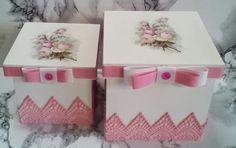 2 canecas  Jogo canecas mãe e filha em porcelana decorada artesanalmente + caixa decorada  Vai ao microondas
