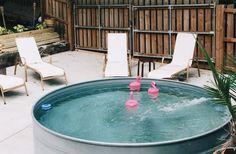 Money doesn't buy happiness, want met een kleine investering ben jij binnenkort ook trotse eigenaar van een zwembad. En daarbovenop zal je nog eens heel wat likes scoren op Instagram. Hoe dan? Simpel: je koopt gewoon een metalen drinkbad voor vee, vult die met water en ... plons!