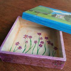 Caja de paisaje campestre con decoración interior de flores pintada a mano By Centrífuga taller de ideas, diseño exclusivo