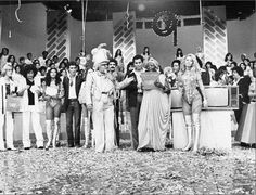 #nossasraizes Tim Maia ao lado de Clementina de Jesus, Paulinho da Viola, Roberto Ribeiro e Angela Maria no programa do Chacrinha, nos anos 80 (via Samba Raiz - Facebook).