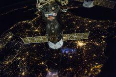 Fotografía tomada desde la Estación Espacial Internacional el 1 de diciembre de 2016 a las 19:56 UTC. Se puede ver a Francia y la nave rusa Soyuz en el centro. La ciudad de París es la concentración de luz más grande en la imagen. Cerca del centro y en la zona inferior se pueden ver reflejos del interior de la estación.
