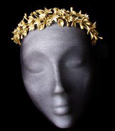 Tiara flores dorada. tocado boda. Corona por HaveaFlowerDay en Etsy