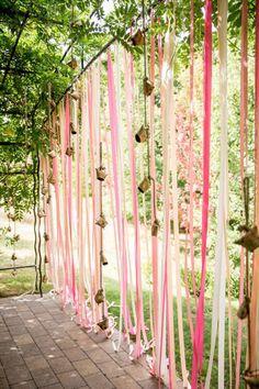 Idei pentru decorul de nuntă cu panglici în culori și texturi diferite…