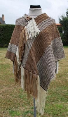 Good idea for 32 to 32 inch loom as a rectangular wrap/poncho Weaving Designs, Weaving Projects, Weaving Art, Weaving Patterns, Loom Weaving, Tapestry Weaving, Hand Weaving, Princess Flower Girl Dresses, Wrap Pattern