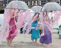 Nettes Quallen Kostüm: Alles was man braucht, ist ein durchsichtiger Schirm und Plastigbänder (z.B. von Plasiktüten, Maler - Abdeckfolie...) Noppenfolie, kringelndes Geschenkband, Krepppapier und viel Phantasie! Lichterkette im inneren des Schirms sieht auch toll aus.
