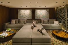 • Projeto: Adriana Klaus • Produtos Stella: Square AR70 (STH8930BR/PTO), Square PAR20 (STH8920BR/PTO) e Square Angle MR16 40° (STH8975BR/PTO). Stella, Couch, Instagram, Design, Furniture, Home Decor, New Houses, Line, Trendy Tree