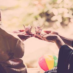 和装の《前撮り》や《フォトウェディング》をお考えの花嫁さん!撮影で使う小物はお決まりですか?* 定番の和傘や紙風船なども人気ですが、可愛らしい【折り鶴】を使ってみるのは、いかがでしょうか?♡ インスタで見つけた先輩カップルさんのお写真から、素敵なアイディアをご紹介します♪