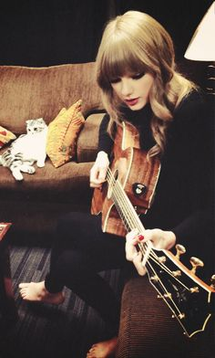 Taylor Swift ♥ with her adorable kitty in the background
