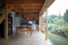 床材 白木 スタジオ兼リビングは、南向きの庭に面したオープンなスペース。大きな窓から入る日差しで蓄熱され、夜も温か。周囲の自然から、四季の移ろいも感じられる。