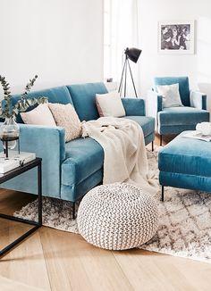 Velvet Classic! Das angesagte Samt-Sofa Fluente ist das perfekte It-Piece für jedes Zuhause. Kombiniert mit einem Beni Ourain Teppich, einem Strickpouf und kuscheligen Textilien wird dieses Wohnzimmer zu einem wahr gewordener Wohntraum. Stylisch & zeitlos - einfach perfekt! // Wohnzimmer Sofa Pouf Kissen Teppich Deko Dekroation Vase Beistelltisch Ideen Sofa Samtsofa Kissen Decke Ideen #WohnzimmerIdeen #Wohnzimmer #Sofa #Samtsofa