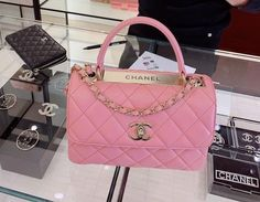 Luxury Purses, Luxury Bags, Luxury Handbags, Purses And Handbags, Pink Handbags, Mochila Chanel, Pink Chanel Bag, Chanel Purse, Sacs Design