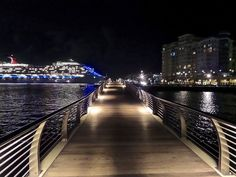 Bahía Urbana de noche en el Viejo San Juan, San Juan, Puerto Rico.