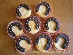 cupcake met hoefijzer Birthday Snacks, Cupcake Birthday Cake, Snacks Für Party, Party Treats, Cupcake Cakes, 3rd Birthday, Caballo Spirit, Dessert Drinks, Dessert Recipes