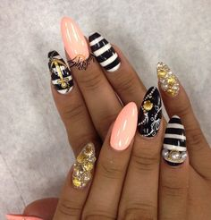Black gold and light pink. With beautiful gold anchor and see side theme. I love it