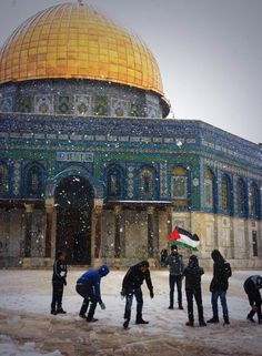 Palestinians playing in the snow in front of the Dome of the Rock in Al Quds, Palestine اللهم كمآ غسلت القدس بالمطر والثلوج ! طهرهآ من انجس البشر .. يآرب ..