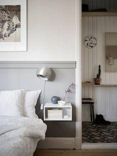 Home, scandinavian apartment, bedroom decor, home bedroom, master bedroom. Bedroom Apartment, Home Decor Bedroom, Studio Apartment, Bedroom Colors, Half Painted Walls, Small Nightstand, Floating Nightstand, Decoration Gris, Bedroom Night