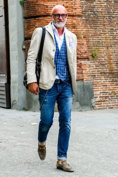 Mens street style blazer with jeans Fashion For Men Over 50, Older Mens Fashion, Old Man Fashion, Best Mens Fashion, Retro Fashion, Men's Fashion, Fashion Quotes, Work Fashion, Fashion History