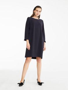 93a9e1b2b3 Sukienka z tkaniny technicznej z okrągłym dekoltem i trzyczęściowymi  rękawami ozdobionymi małymi falbankami na końcach. Luźna, dopasowana i  tonalna ...