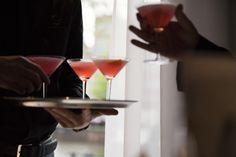 Drinques preparados com Ketel One no bar da destilaria, em Schiedam, Holanda