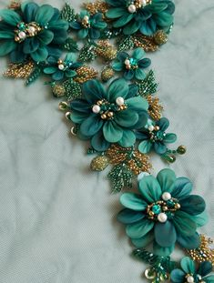 Epaulette fait-main en verts émeraudes magnifiques avec des touches d'or Kurti Embroidery Design, Bead Embroidery Patterns, Tambour Embroidery, Hand Work Embroidery, Couture Embroidery, Silk Ribbon Embroidery, Embroidery Fashion, Embroidery Jewelry, Hand Embroidery Designs