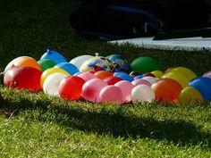 Vattenballonger är som gjorda för att kastas och blöta ner. I den här leken gäller dock att hålla ballongen hel och sig själv torr så länge som möjligt.